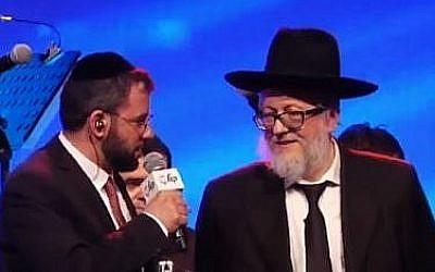 Le rabbin Yehoshua Barda (à droite) après avoir remporté le concours mondial de Halakha. (Crédit : capture d'écran YouTube)