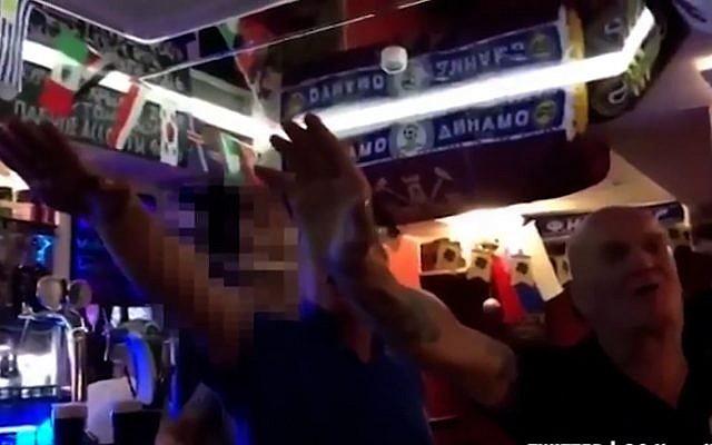 Des supporters anglais dans un bar de Volograd le soir du match Tunisie-Angleterre (Crédit: capture d'écran Mirror)