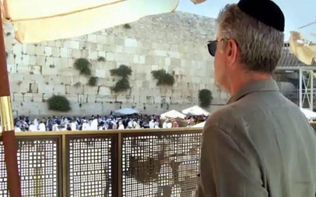 Anthony Bourdain au mur Occidental. (Crédit : Youtube)