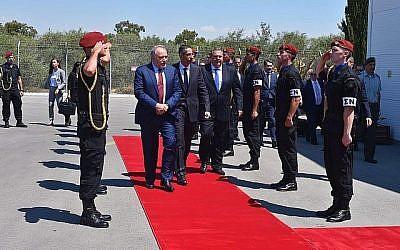 Le ministre israélien de la Défense Avigdor Liberman, accompagné de son homologue chypriote Savvas Angelides, au centre, et du ministre grec de la Défense Panos Kammenos, passe en revue une garde d'honneur à Chypre le 22 juin 2018. (Ariel Hermoni/Ministère de la Défense israélien)