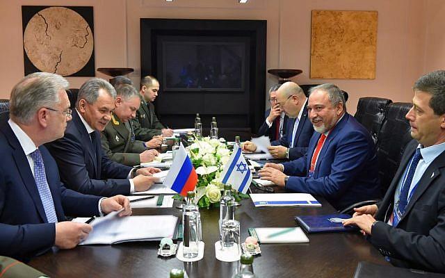 Le ministre de la Défense Avigdor Liberman et les membres de son équipe rencontrent le ministre de la Défense russe Sergei Shoigu à Moscou, le 26 avril 2017 (Crédit : Ariel Hermoni/Defense Ministry)