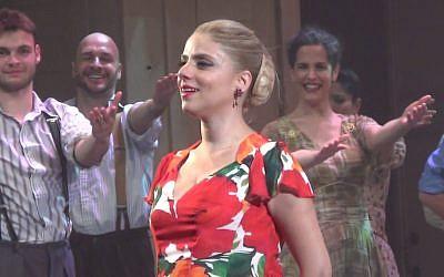 """La chanteuse Shiri Maimon lors de la dernière représentation de """"Evita"""" à Habima, au mois de mars 2017 (Capture d'écran : YouTube)"""