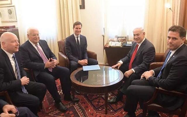 Le Premier ministre Benjamin Netanyahu (2e à partir de la droite) rencontre à Jérusalem l'ambassadeur d'Israël aux États-Unis, Ron Dermer (à droite), le conseiller de la Maison-Blanche Jared Kushner (au centre), l'ambassadeur des États-Unis en Israël David Friedman (2e à gauche) et l'envoyé spécial Jason Greenblatt, le 22 juin 2018 (Kobi Gideon/GPO).