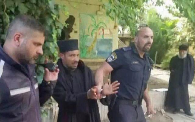 Capture d'écran de la Dixième chaîne d'information montrant des policiers en train d'emmener un moine éthiopien menotté hors d'une propriété de l'Église éthiopienne à Jérusalem, le 31 mai 2018.