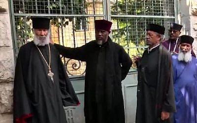 Des moines éthiopiens devant un complexe appartenant à Église éthiopienne, duquel ils ont été expulsés par la police israélienne le 31 mai 2018. (Le plus âgé, un homme de 84 ans, est à gauche). (Crédit : capture d'écran Dixième chaîne)