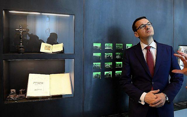 Le Premier ministre polonais Mateusz Morawiecki visite le Musée de la famille Ulma, le 2 janvier 2018. Les opposants de droite dans son pays ont accusé Morawiecki de capituler devant Israël en assouplissant une loi sur les propos sur la Shoah. (Janek Skarzynski/AFP/Getty Images via JTA)