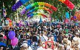 Des milliers de personnes participent au 17e défilé annuel de la Marche des fiertés à Tel Aviv le 12 juin 2015. (Alexi Rosenfeld)