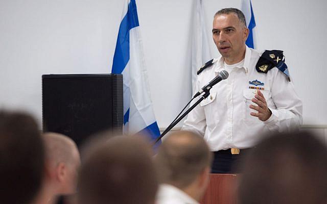Le général de division Eli Sharvit lors d'une cérémonie de remise de récompense de la marine israélienne à des soldats ayant mené des opérations clandestines en territoire ennemi avec des réussites en termes de renseignement (Autorisation : unité du porte-parole de l'armée israélienne)