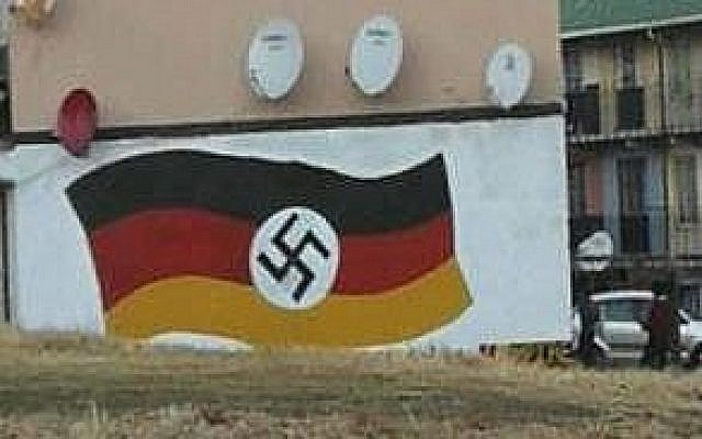 Un drapeau allemand et une croix gammée peint sur un mur à Johannesburg, en Afrique du Sud, le 20 juin 2018.( Crédit : South Africa Jewish Board of Deputies)