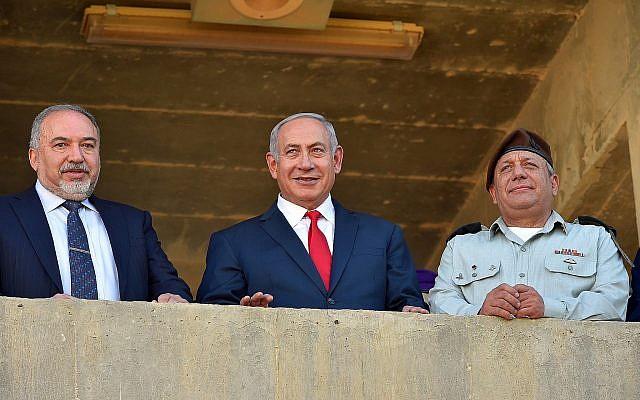 Le Premier ministre Benjamin Netanyahu (au centre), entouré, à gauche du ministre de la Défense Avigdor Liberman et du chef d'état-major Gadi Eizenkot  lors d'une cérémonie pour les nouvelles recrues de l'armée israélienne., le 20 juin 2018;. (Crédit : Ariel Hermoni/Ministère de la Défense)