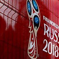 Le logo de la Coupe du Monde 2018 est visible devant la cathédrale Saint-Basile à Moscou, le 10 juin 2018. (Sefa Karacan/Anadolu Agency/Getty Images via JTA)