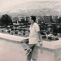Cette photo non datée montre l'espion israélien Eli Cohen, en Syrie, portant une montre-bracelet récupérée par le Mossad en 2018. (Bureau du Premier ministre)