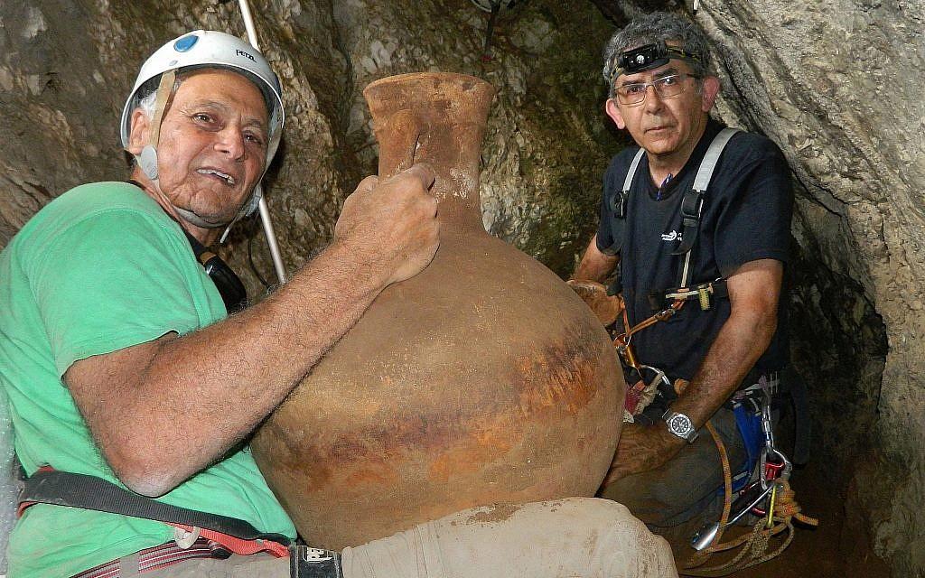 Dr. Danny Syon, de l'Autorité des antiquités israéliennes (à droite), et Dr. Yinon Shivtiel, du Zefat Academic College, dans la grotte frontalière au Liban le 29 juin 2018. (Crédit : Omri Gester)