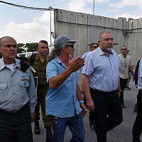 Le ministre de la Défense Avigdor Liberman visite le poste-frontière de Kerem Shalom, le 22 juillet 2018 (Crédit : Ariel Hermoni/ministère de la Défense)
