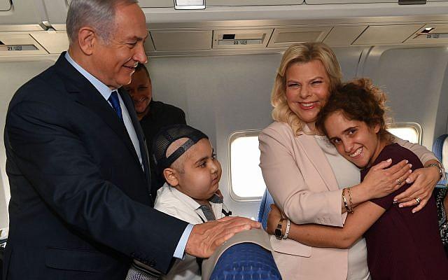 Le Premier ministre Benjamin Netanyahu et son épouse Sara avant le décollage de leur avion pour la Russie en compagnie de deux malades du cancer, le 11 juillet 2018 (Crédit : Bureau du Premier ministre)