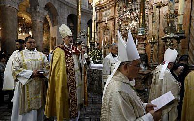 Le chef de l'église catholique romaine en terre sainte, administrateur apostolique du patriarcat romain Pierbattista Pizaballa, dirige la procession du dimanche de Pâques, le 1er avril 2018 à l'église du Saint-sépulcre (Crédit :  AFP PHOTO / GALI TIBBON)