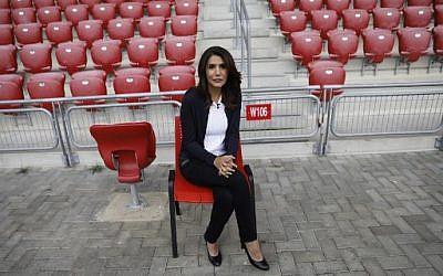 Alona Barkat, propriétaire de l'Hapoel Beer Sheva, au Turner Stadium de Beer Sheva le 8 mai 2018. (Crédit : AFP / MENAHEM KAHANA)