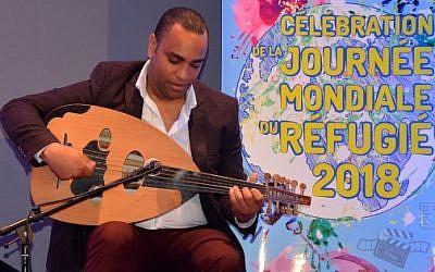 Le musicien marocain Younes Fakher, lors de la Journée mondiale des réfugiés, à Rabat, le 19 juin 2018. (Crédit : AFP / UNHCR)