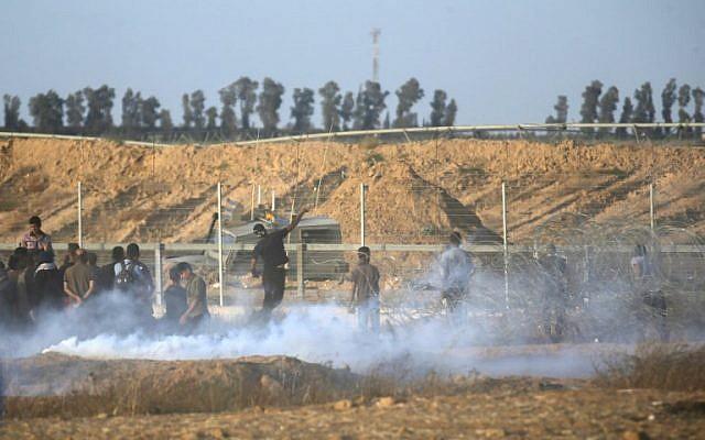 Des Palestiniens affrontent les forces israéliennes le long de la frontière entre la bande de Gaza et Israël, à l'est de Khan Younès dans le sud de Gaza, le 22 juin 2018. (AFP Photo/Said Khatib)