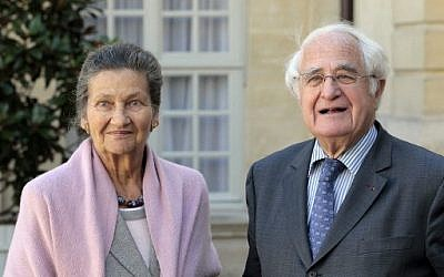 Antoine et Simone Veil, devant l'Hôtel Matignon à Paris, le 27 septembre 2010. (Crédit : AFP PHOTO / Jacques DEMARTHON