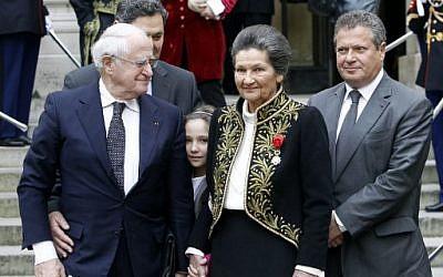 Antoine et Simone Veil, avec leurs fils Jean et Claud-Nicolas, et leur petite-fille, à l'entrée de Simone Veil à l'Académie française, le 18 mars 2010. (Crédit : AFP / FRANCOIS GUILLOT)