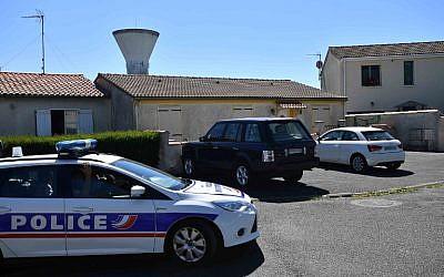 La police française à Tonnay-Charente, à proximité du domicile de Guy S., leader présumé d'une cellule liée à l'AFO, un groupe de l'ultra-droite soupçonné de planifier des attaques contre les musulmans en France, le 25 juin 2018 (Crédit :  / AFP PHOTO / XAVIER LEOTY)