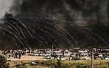 Les militaires israéliens lancent du gaz lacrymogène vers les manifestants à l'est de Gaza City le long de la frontière entre la bande de Gaza et Israël, le 29 juin 2018, durant des affrontements avec les Palestiniens (Crédit : AFP PHOTO / MAHMUD HAMS)