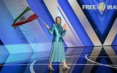 Maryam Rajavi, chef des Moudjahidines du peuple iranien (MEK), un groupe d'opposition, salue le public au rassemblent Free Iran 2018, à Villepinte, le 30 juin 2018. (Crédit : AFP / Zakaria ABDELKAFI