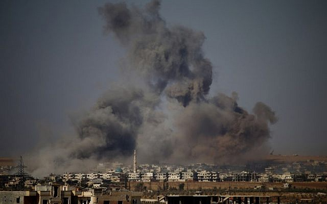 De la fumée s'élève au-dessus d'une ville tenue par les rebelles à l'est de la ville de Daraa pendant les frappes aériennes des forces du régime syrien le 30 juin 2018. (Mohamad ABAZEED/AFP)