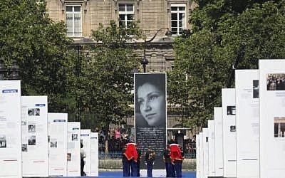 Des gardes républicains français transportent les cercueils d'Antoine et Simone Veil, à leur arrivée rue Soufflot, pour leur panthéonisation, le 1er juillet 2018. (Crédit : AFP / POOL / LUDOVIC MARIN)