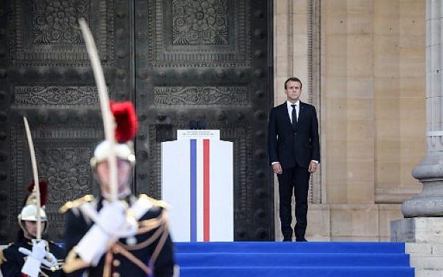 Emmanuel Macron sur les marches du Panthéon, pendant la cérémonie en hommage à Antoine et Simone Veil, le 1er juillet 2018. (Crédit : AFP PHOTO / POOL / LUDOVIC MARIN)