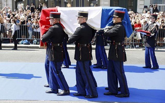 Des gardes républicains français transportent le cercueil deSimone Veil, au Panthéon, le 1er juillet 2018. (Crédit : AFP / POOL / )GEOFFROY VAN DER HASSELT