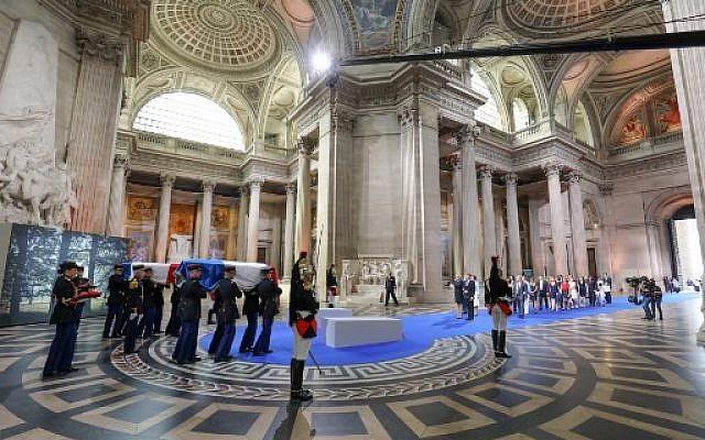Emmanuel et Brigitte Macron devant les cercueils d'Antoine et Simone Veil, à l'intérieur du Panthéon, le 1er juillet 2018. (Crédit : AFP/POOL/Ludovic MARIN)