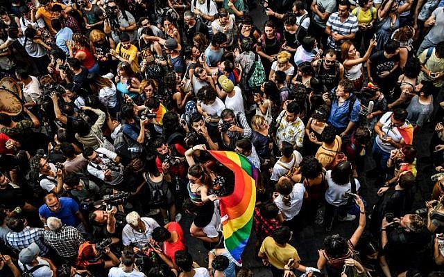La Gay Pride à Istanbul, organisée en dépit de de l'interdiction émise par les autorités, le 1er juillet 2018. (Crédit : AFP / BULENT KILIC)