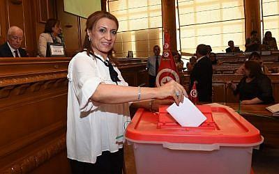 La candidate élue du parti islamiste Ennahdha, Souad Abderrahim, met son bulletin dans l'urne pour les élections municipales dans la ville de Tunis, le 3 juillet 2018 (Crédit :  / AFP PHOTO / FETHI BELAID)