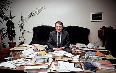 Le 11 mai 1985, le journaliste et cinéaste Claude Lanzmann pose dans son bureau à Paris. (Crédit : AFP PHOTO / DERRICK CEYRAC)