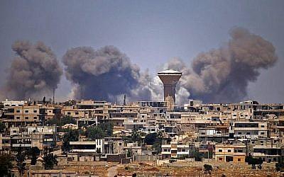 Des colonnes de fumée s'élèvent au-dessus des zones tenues par les rebelles de la ville de Daraa pendant les frappes aériennes signalées par les forces du régime syrien le 5 juillet 2018. (AFP/Mohamad Abazeed)
