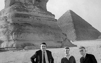 Jean-Paul Sartre, Simone de Beauvoir et Claude Lanzmann visitent les pyramides d'Egypte, en mars 1967. (Crédit : AFP)