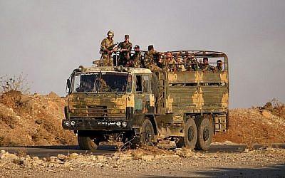 Illustration : des soldats du gouvernement syrien sur un camion de l'armée près de Nassib, le point de passge vers la Jordanie, dans la province de Deraa, le 16 juillet 2018. (Crédit : AFP/Mohamad Abazeed)