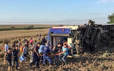 Les survivants d'un déraillement de train à Corlu, dans la province turque de Tekirdag, le 8 juillet 2018, ont fait au moins 10 morts et 73 blessés. (Crédit : AFP / DHA)  Un homme utilise un téléphone portable après un accident de train dans le district de Corlu à Tekirdag le 8 juillet 2018. Dix personnes ont été tuées et 73 autres blessées le 8 juillet lorsqu'un train bondé de passagers a déraillé dans le nord-ouest de la Turquie, a rapporté la télévision publique TRT Haber, citant le ministère de la Santé. / AFP PHOTO / DHA / DHA / Turquie OUT