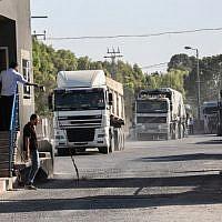 Des camions chargés pénètrent dans la bande de Gaza depuis Israël par le passage de Kerem Shalom, ans le sud de Gaza. le 9 jullet 2018, d(Crédit : Abed Rahim Khatib / Flash90)