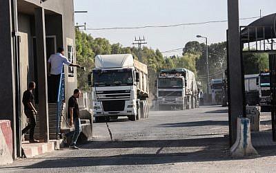 Des camions chargés pénètrent dans la bande de Gaza depuis Israël par le passage de Kerem Shalom, ans le sud de Gaza. le 9 jullet 2018 (Crédit : Abed Rahim Khatib / Flash90)