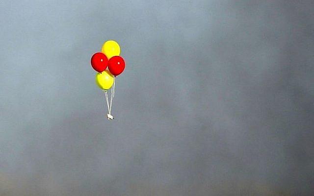 Des ballons incendiaires lancés depuis la bande de Gaza vers le territoire israélien, le13 juillet 2018. (Crédit : AFP /Mahmud Hams)