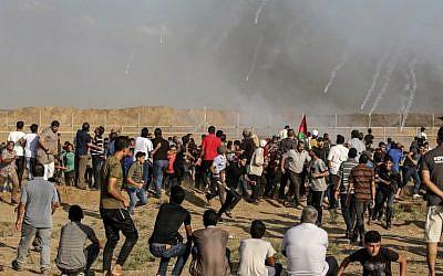 Photo d'illustration. Des gaz lacrymogènes libérés par les soldats israéliens du côté Palestinien pendant des affrontements le long de la frontière avec Israël, à l'est de Gaza City, le 13 juillet 2018 (Crédit :  AFP Photo/Mahmud Hams)