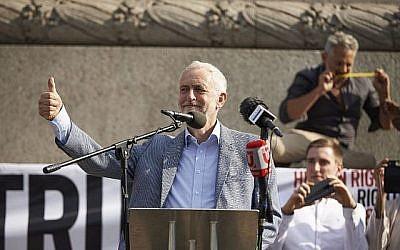 Le chef du parti du Labour d'opposition britannique Jeremy Corbyn à Trafalgar Square durant une manifestation contre la visite du président américain Donald Trump au Royaume-Uni, le 13 juillet 2018 (Crédit : Niklas HALLEN/AFP)
