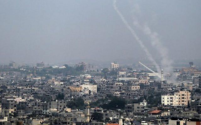 Des roquettes palestiniennes tirées de la ville de Gaza vers Israël, le 14 juillet 2018. (Crédit : AFP / BASHAR TALEB)
