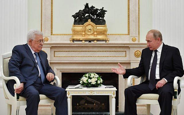 Le président de l'Autorité palestinienne Mahmoud Abbas avec le président russe Vladimir Poutine durant leur réunion au Kremlin, à Moscou, le 14 juillet 2018 (Crédit : AFP PHOTO / Yuri KADOBNOV)