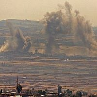 Panaches de fumée provenant de frappes aériennes syriennes et russes signalées de l'autre côté de la frontière dans la province syrienne du sud-est de Quneitra, vues du plateau du Golan israélien, le 16 juillet 2018. (JALAA MAREY/AFP)