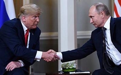 Le président russe Vladimir Poutine, (à droite), et le président américain  Donald Trump se serrent la main avant une rencontre à Helsinki, le 16 juillet 2018 (Crédit : / AFP PHOTO / Brendan Smialowski)