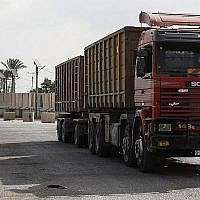 Des camions au point de passage de Kerem Shalom, important des denrées alimentaires dans la bande de Gaza, le 17 juillet 2018. (Crédit : AFP / SAID KHATIB)